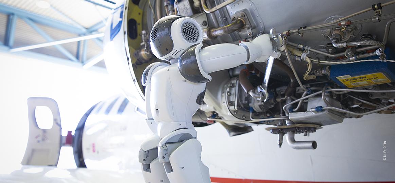 Robot Nao werkt aan vliegtuig
